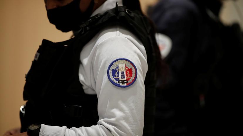 Напавший на сотрудницу полиции во Франции умер от ранений при задержании