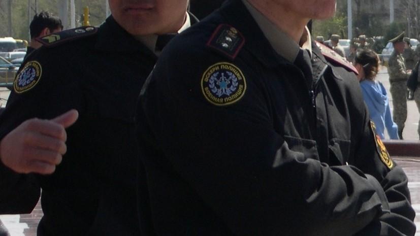 В Алма-Ате мужчина заперся в квартире с оружием
