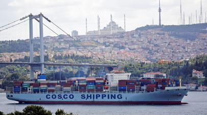 Контейнеровоз у берегов Стамбула