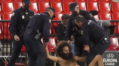 Болельщик прятался на стадионе 14 часов, чтобы выбежать на поле в матче ЛЕ Гранада  МЮ