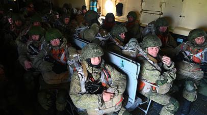 Военнослужащие гвардейского Ивановского воздушно-десантного соединения на борту самолета Ил-76МД на аэродроме Таганрог-Центральный в Ростовской области