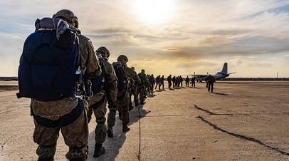 Российские десантники совершают погрузку на самолёт военно-транспортной авиации