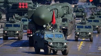 Пусковая установка комплекса «Ярс» (в центре) во время репетиции военного парада, приуроченного к 76-летию Победы в Великой Отечественной войне