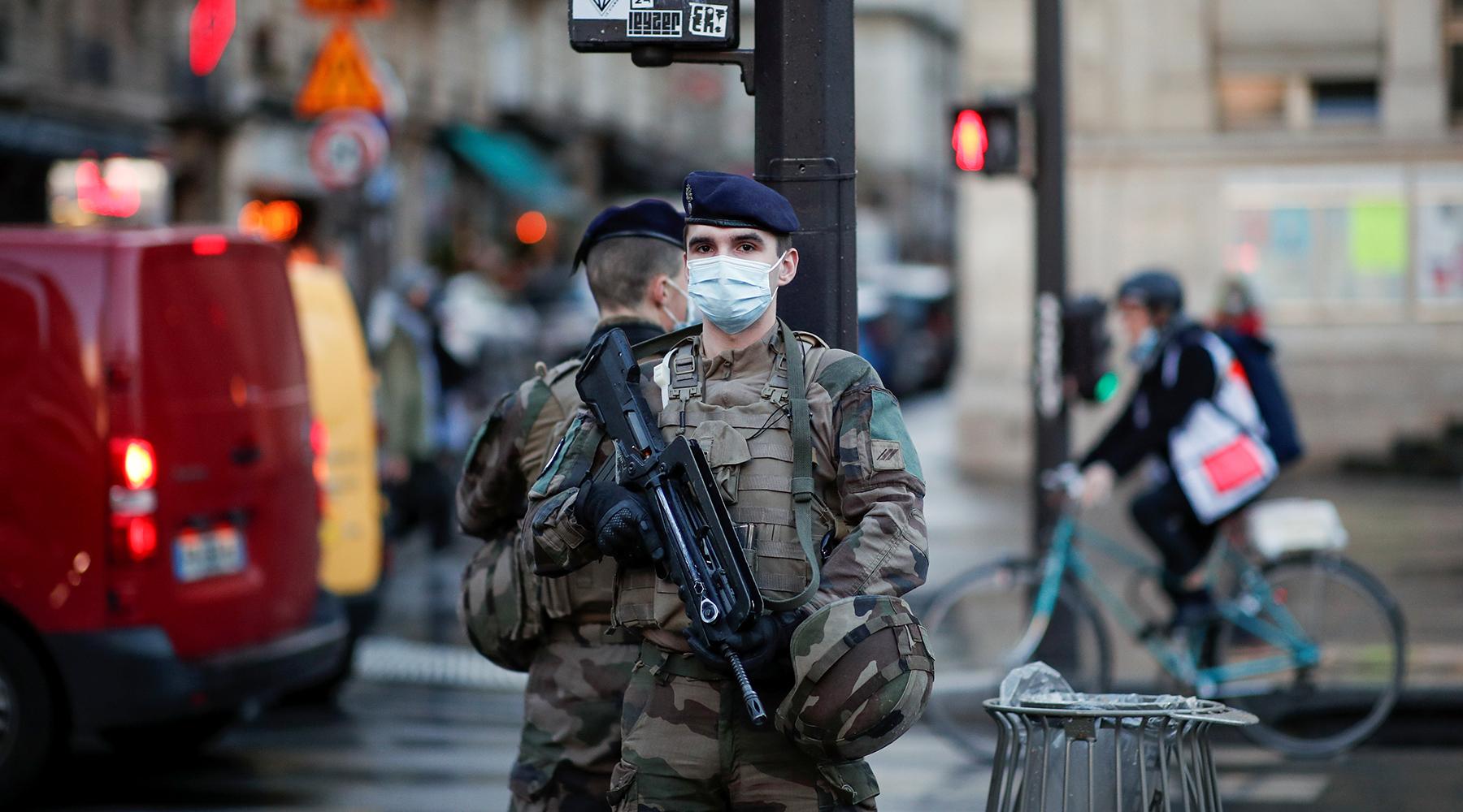 «Господа, действуйте»: почему французские военные призвали власти бороться с хаосом и насилием в стране1