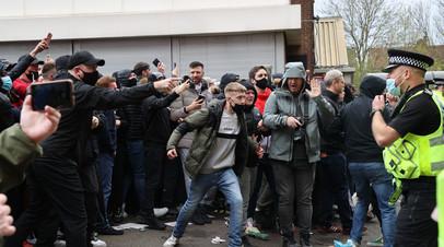 Начало матча АПЛ между Манчестер Юнайтед и Ливерпулем отложено из-за протеста фанатов
