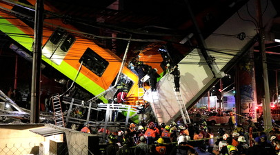 В Мехико обрушился метромост с находившимся на нём поездом