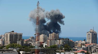 Столбы дыма после ракетного обстрела в Газе