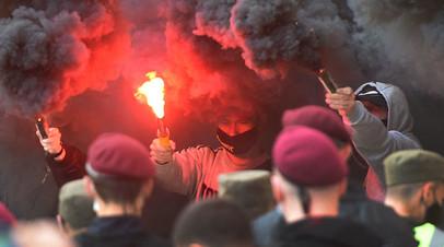 Протест радикалов у здания суда в Киеве, где 13 мая 2021 года проходило заседание по делу Медведчука
