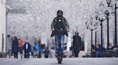 Опасно для жизни: водителей электросамокатов предложили обязать носить защитную амуницию