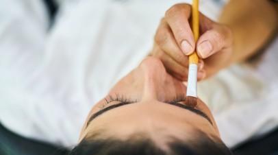 Офтальмолог рассказала о вреде накладных ресниц