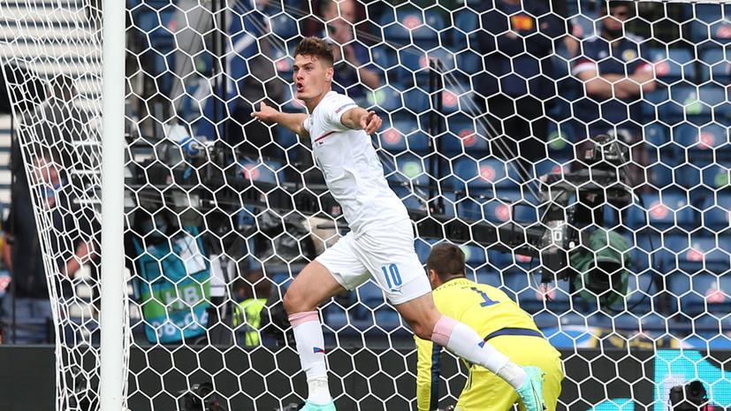 Форвард сборной Чехии забил мяч с центра поля на Евро-2020