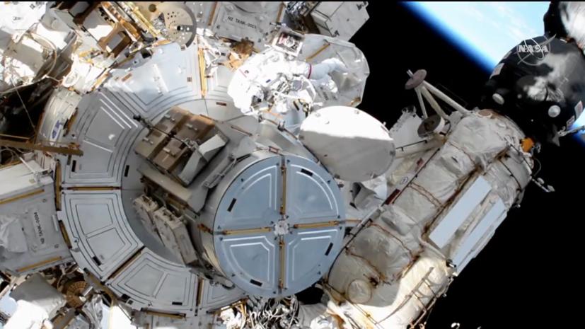 Американский и французский астронавты вышли в открытый космос