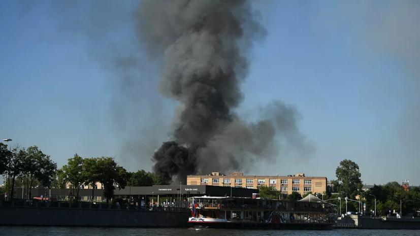 Площадь пожара на складе пиротехники в центре Москвы увеличилась