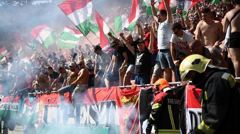 Венгерскиефанатыперед матчемпрошли с баннером против преклонения колена