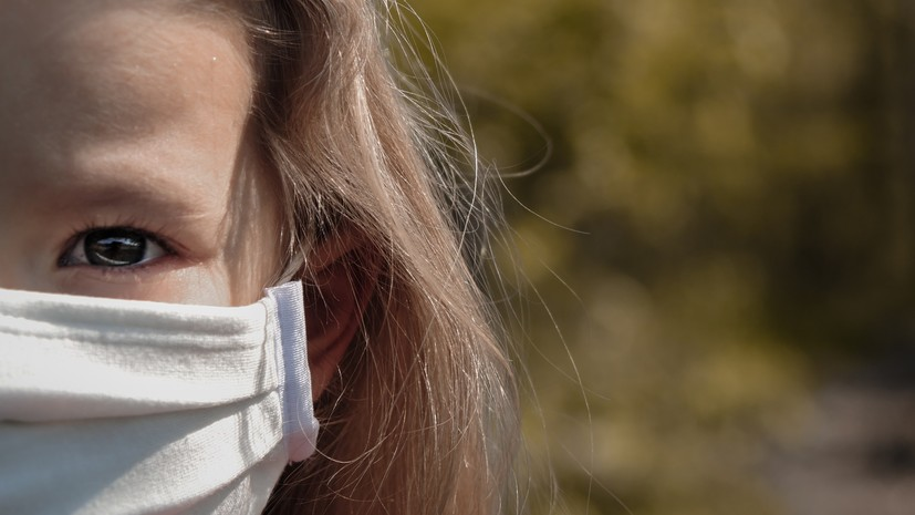 Врач рассказал о способах защиты кожи от воздействия масок и перчаток в жару.
