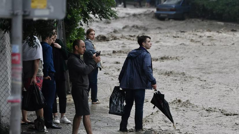МЧС дополнительно направило в подтопленный Крым более 200 спасателей