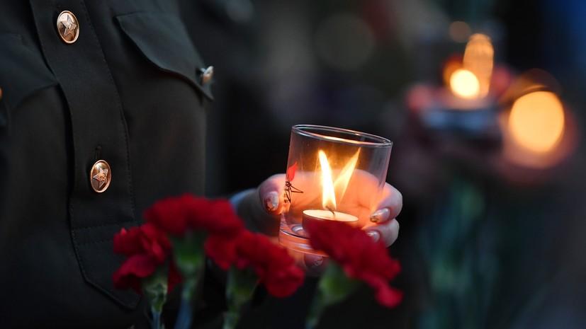 На Троицком мосту Петербурга зажгли свечи в День памяти и скорби
