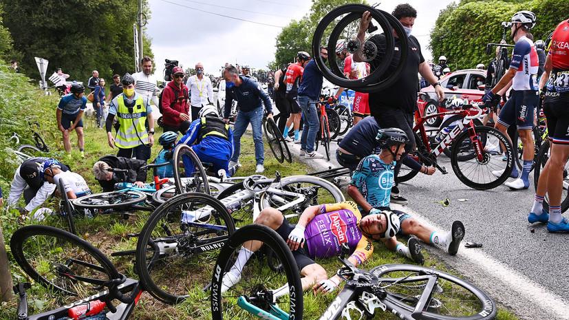 Массовый завал: полиция ищет устроившую аварию на «Тур де Франс» болельщицу