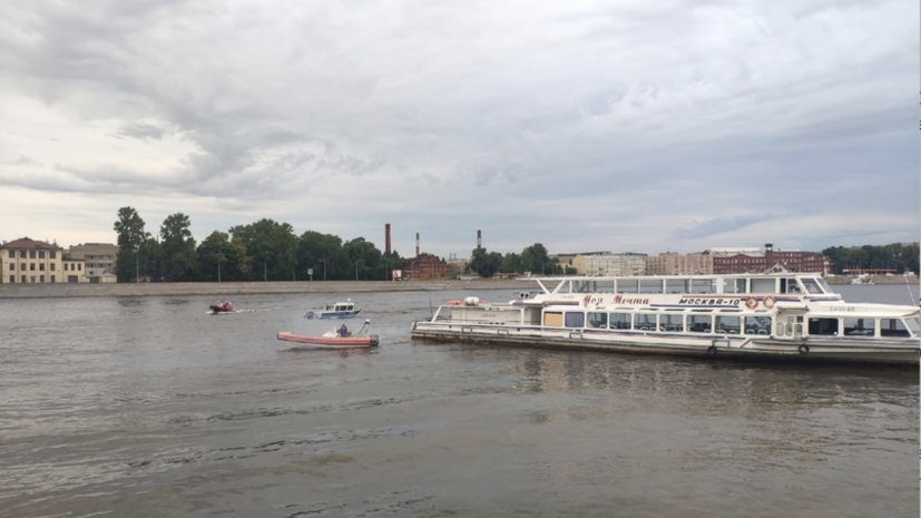 В Петербурге с севшего на мель судна эвакуировали более 70 человек