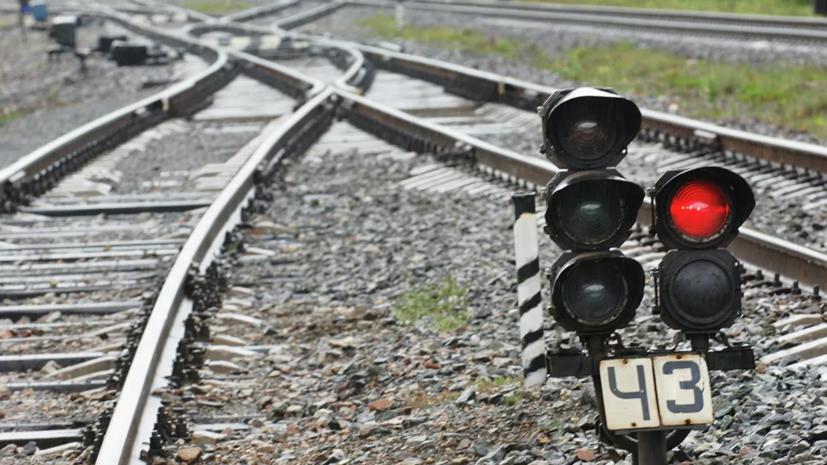 Вагоны грузового поезда сошли с рельсов в Свердловской области
