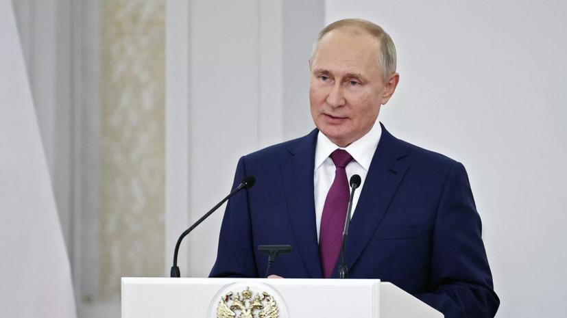 Путин подписал закон о наказании за организацию работы нежелательных НПО