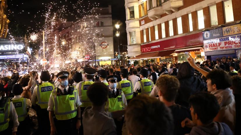 Футбольные фанаты устроили драку с полицией в Лондоне