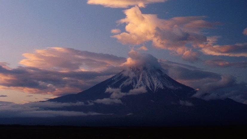 Вулкан Эбеко на Курилах выбросил пепел на высоту до 1,8 км