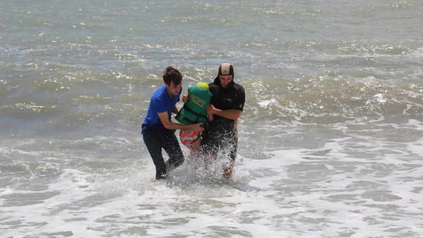 В Абхазии россиянку с тремя детьми унесло течением в море