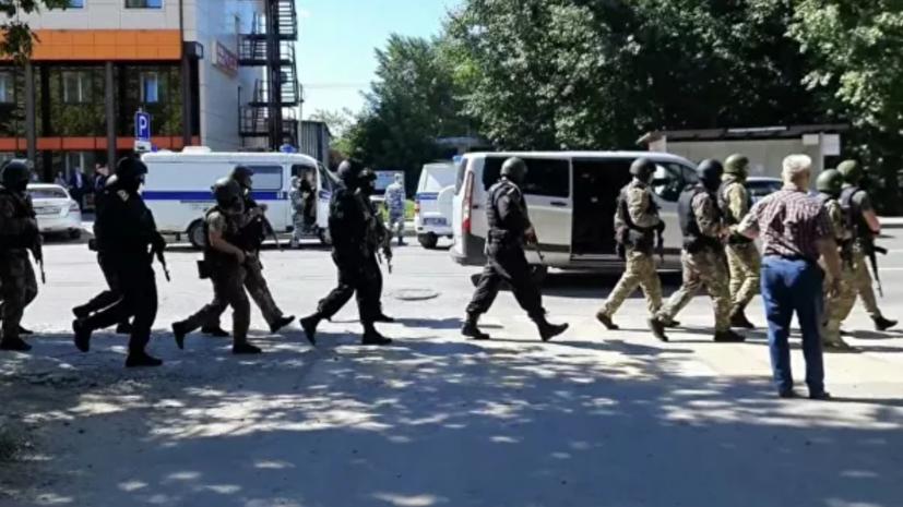 СК опубликовал видео с пакетом денег из захваченного банка в Тюмени