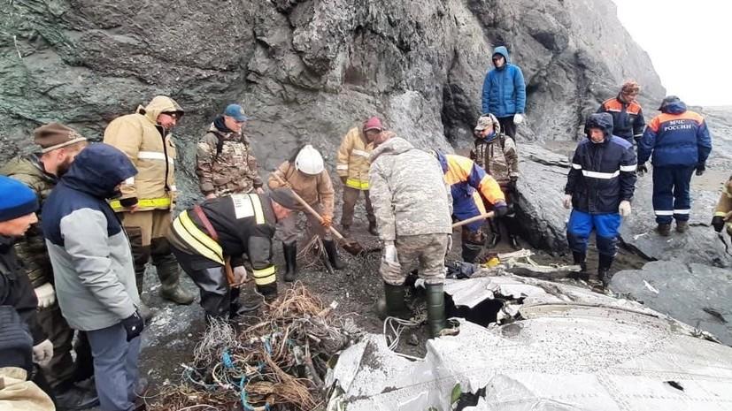 Фрагменты Ан-26 вывозят с места крушения на Камчатке