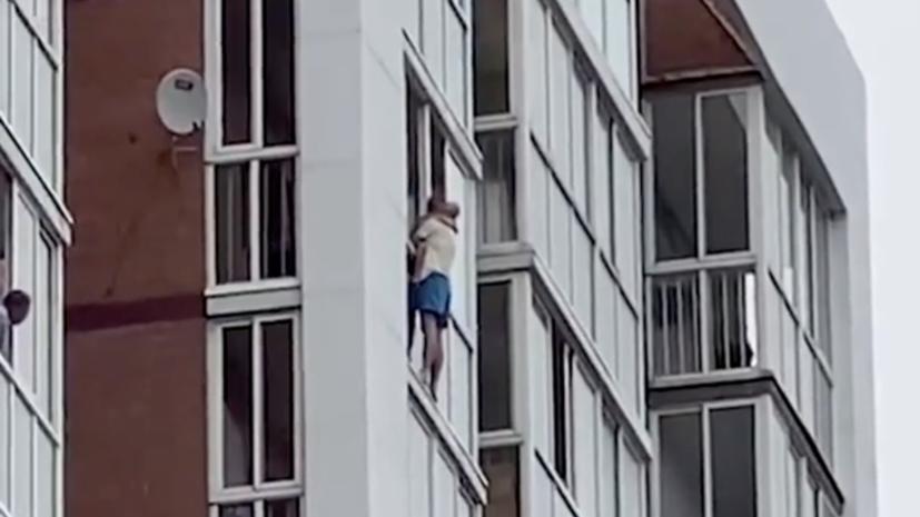 В Иркутске мужчина угрожает сбросить ребёнка с 13-го этажа