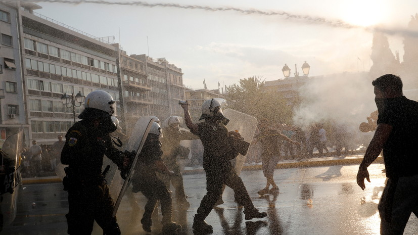 В Афинах полиция применила слезоточивый газ к противникам вакцинации
