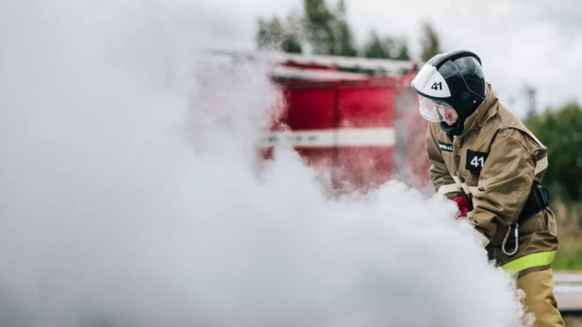 В МЧС заявили о локализации пожара в ангаре в Петербурге
