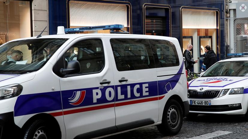 В Париже автомобиль врезался в террасу бара