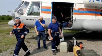 Сотрудники спасательной службы МЧС РФ, доставленные на вертолёте Ми-8МТВ-1 на поиски самолёта Ан-26