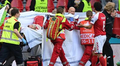 Кристиана Эриксена уносят с поля во время матча сборных Дании и Финляндии