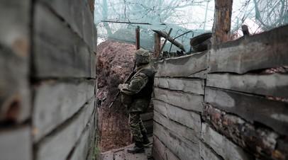 Украинский военнослужащий в окопе на линии соприкосновения в Донбассе