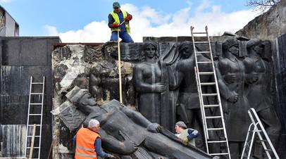 Демонтаж барельефа Монумента боевой славы во Львове
