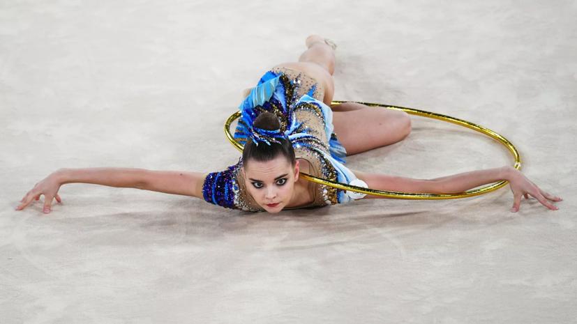 Дина Аверина занимает второе место в многоборье после двух упражнений, Арина — третья