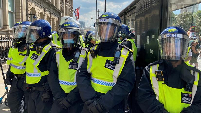 Двое полицейских пострадали при нападении с ножом в Лондоне