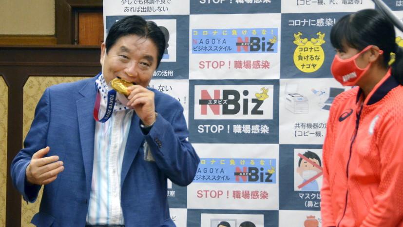Kyodo: Олимпийской чемпионке заменят медаль после того, как её награду укусил мэр Нагои