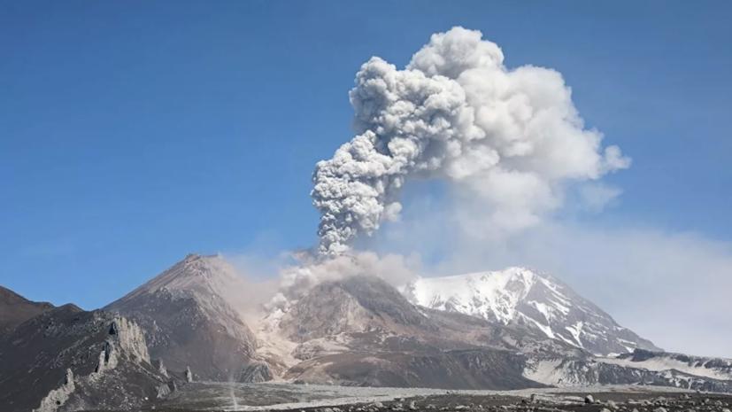 Вулкан на Камчатке выбросил столб газа с пеплом на высоту до 3,5 км