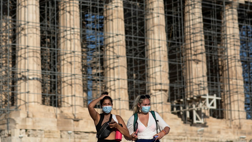 В Греции невакцинированных граждан обязали постоянно тестироваться на COVID-19