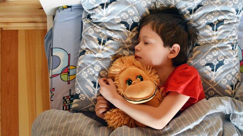 Сомнолог Мельников рассказал о способах восстановления режима сна у детей после каникул