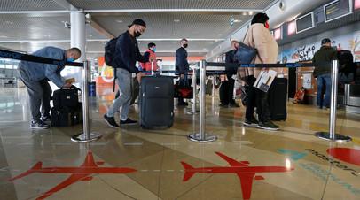 Украинские рабочие стоят в очереди перед отъездом в Польшу в международном аэропорту Борисполь