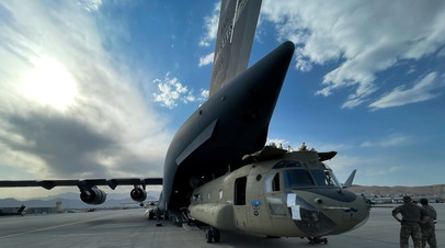 Вертолёт CH-47 Chinook загружен в транспортный самолёт C-17 Globemaster III ВВС США в международном аэропорту Хамида Карзая в Кабуле, Афганистан