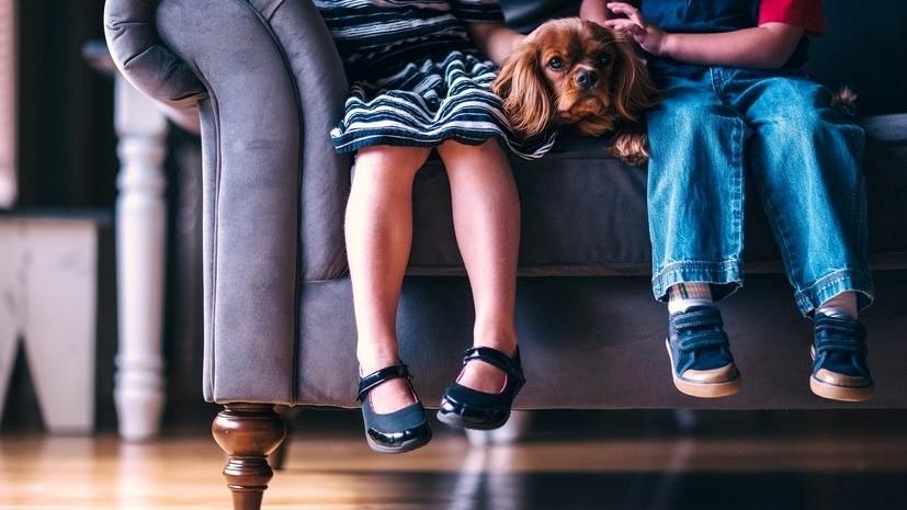 Психолог Наумова рассказала, почему родителям нежелательно надолго уезжать от детей