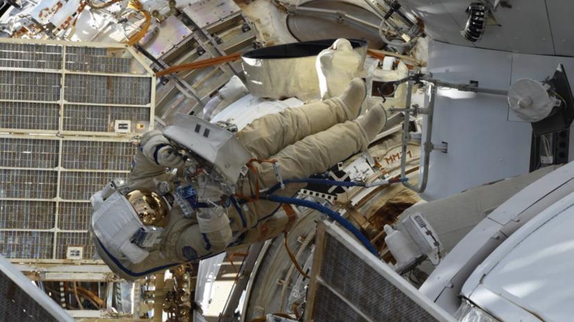 Космонавт выбросил  «укладку с мусором» в открытый космос