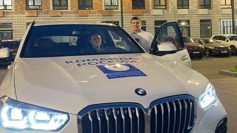 Евлоев подарил отцу BMW, полученный за победу на Олимпиаде в Токио