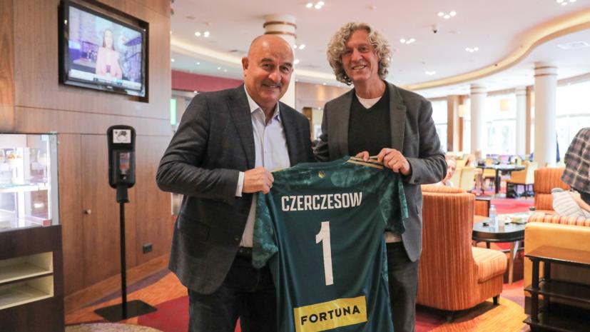 Владелец «Легии» вручил Черчесову футболку команды с первым номером